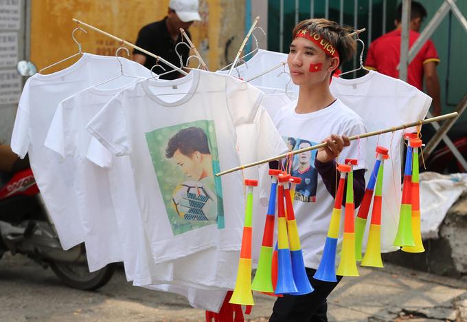 Người Sài Gòn \'nhuộm đỏ\' đường phố đón U23 Việt Nam