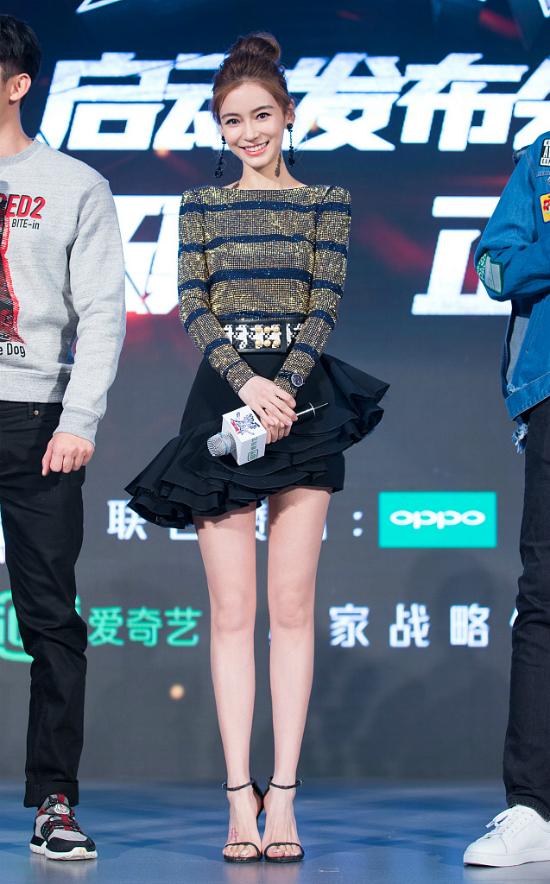 Angelababy là khách mời tham dự buổi họp báo giới thiệu showRobot tranh bá tại Bắc Kinh hôm 3/2. Diện váy ngắn gợi, tóc bới cao, gương mặt trangđiểm nhẹ nhàng, bà xã của Huỳnh Hiểu Minh xinhđẹp nổi bật. Con traiđầu lòng của Angelababyđã hơn 1 tuổi, nữ diễn viên cũng lấy lại sắc vóc thời con gái.