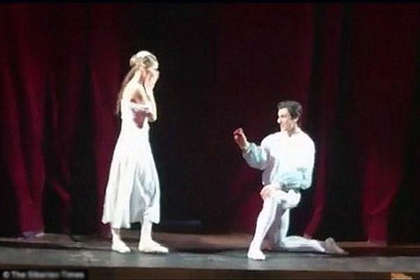 Nikolay quỳ gối cầu hôn bạn diễn lớn tuổi hơn trên sân khấu.