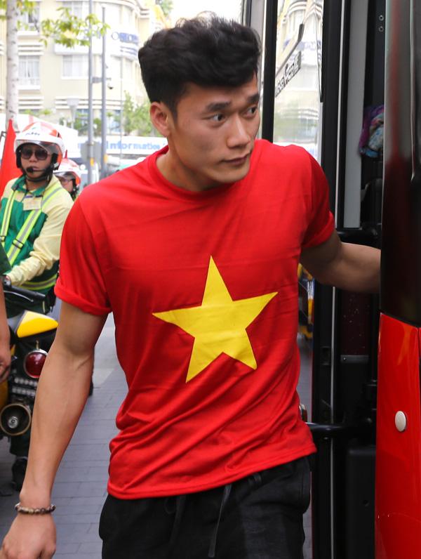 Thủ môn Tiến Dũng xuống phố đi bộ Nguyễn Huệ. Ảnh: Trần Quỳnh.