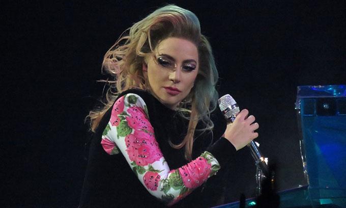 Lady Gaga phải dừng tour diễn sau đêm trình diễn ở Birmingham.