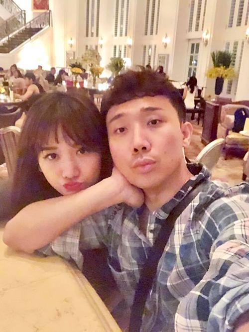 Hari và Trấn Thành tranh thủ rủ nhau đi cafe tối cuối tuần trong một khách sạn sang trọng.