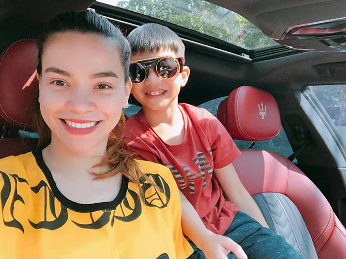 Subeo thử đeo kính của mẹ Hà Hồ khi hai mẹ con đi chơi ngày cuối tuần.