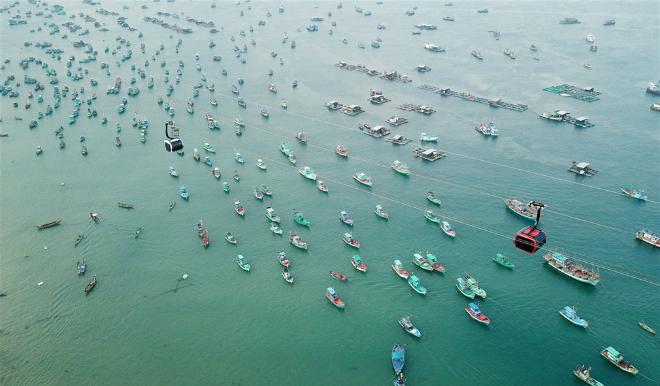 Cáp treo nối từ thị trấn An Thới qua các đảo Hòn Rỏi, Hòn Dừa tới Hòn Thơm, Phú Quốc