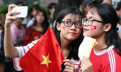 Người Sài Gòn 'nhuộm đỏ' đường phố đón U23 Việt Nam