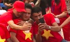 CĐV ôm vai bá cổ Quang Hải chụp selfie trong khu vực được bảo vệ