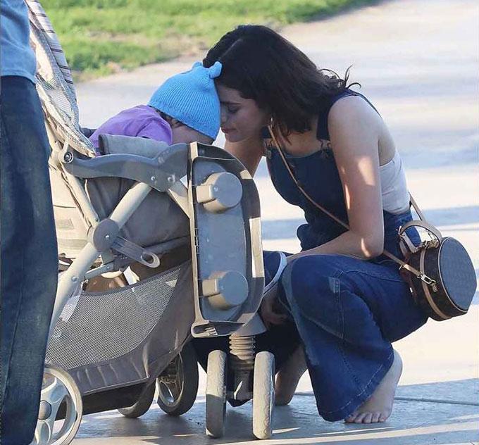 Selena đã vướng phải một số chuyện buồn trong thời gian qua khiến tâm trạng xuống dốc. Không chỉ xích mích với mẹ ruột, Selena còn bị nhiều người chỉ trích vì đóng phim của đạo diễn Woody Allen. Cô chọn cách im lặng giữa những ồn ào và tới trung tâm điều trị tâm lý. Justin Bieber được cho là hết lòng ủng hộ Selena. Sau đợt trị liệu, người đẹp trở về với Justin Bieber hôm 1/2 và dành cả ngày hôm sau đi chơi cùng bạn bè.