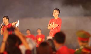 Văn Thanh tái hiện 'màn ăn mừng để đời' trước fan TP HCM