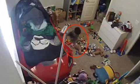 Cậu bé 3 tuổi tự dọn căn phòng bừa bộn