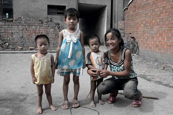Zhang có ba người em ruột. Cô bé là chị cả và cặp sinh đôi là út trong nhà.Trách nhiệm của một người chị lớn không hề đơn giản.