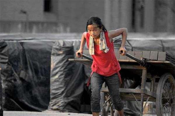 Zhang Qianqian, đến từ Quý Châu (Trung Quốc), cùng với cha mẹ của mình, sống và làm việc tại một nhà máy sản xuất gạch tại địa phương. Ngoài thời gian đi học tại trường dành cho các công nhân, cô bé cũng phải làm việc vất vả để giúp cha mẹ trang trải cuộc sống.
