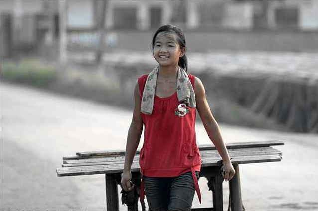 Khi được hỏi về tuổi của mình, Zhang Qianqian cười gượng và nói lảng sang một chủ đề khác. Dường như cô bé cũng hiểu được việc sử dụng lao động trẻ em có thể gây phiền phức thế nào.