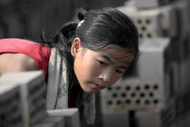 Cô bé vừa làm việc vừa quan sát các em đang chơi xung quanh để đảm bảo chúng được an toàn. Zhang cũng luôn cẩn thận, chú tâm trong công việc của mình.