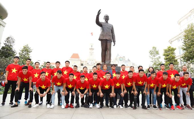 Đoàn tuyển thủ U23 dâng hương trước tượng đài Bác Hồ ở TP HCM chiều 4/2. Ảnh: Trần Quỳnh.
