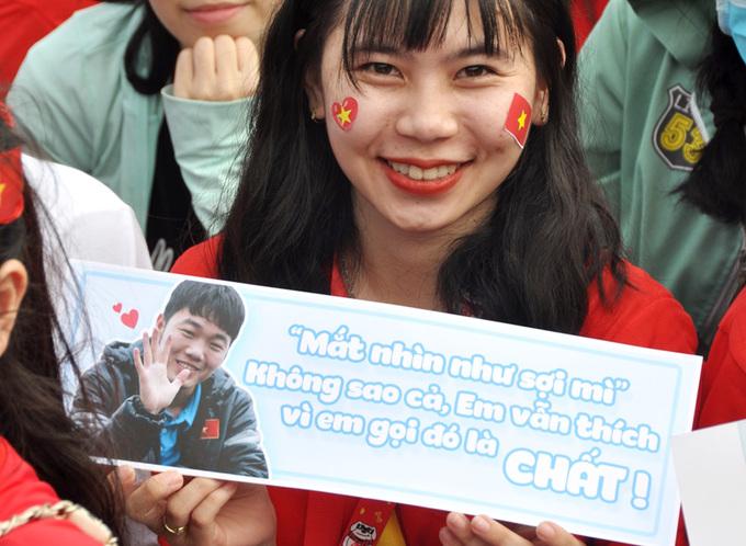 Teen Sài Gòn đua nhận chồng cầu thủ qua băng rôn