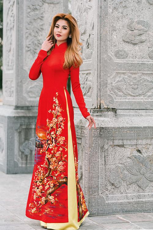 Những ngày xuân, nhiều cô dâu cũng muốn tìm kiếm mẫu áo dài hợp với thời tiết và không khí rực rỡ. Mẫu áo dài đỏ ấn tượng sẽ là lựa chọn hoàn hảo, tôn vóc dáng cho cô dâu.