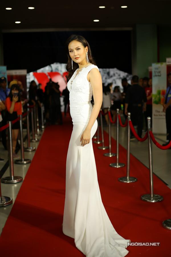 Hoa hậu Hoàn cầu 2017 Khánh Ngân khoe dáng trong bộ đầm ôm.