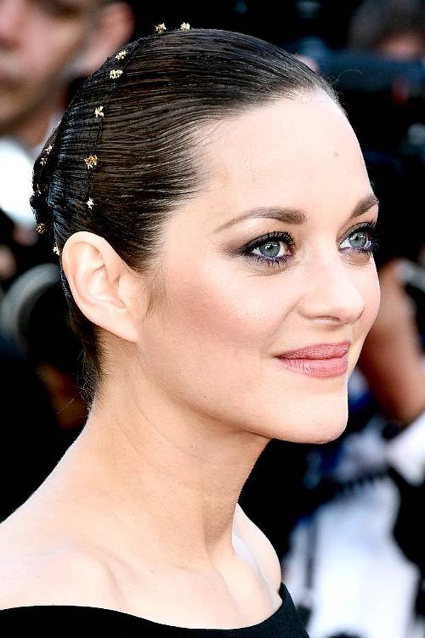 Kiểu tóc búi thấp sẽ không còn đơn điệu, già nua nhờ sử dụng thêm chụp tóc đính đá.