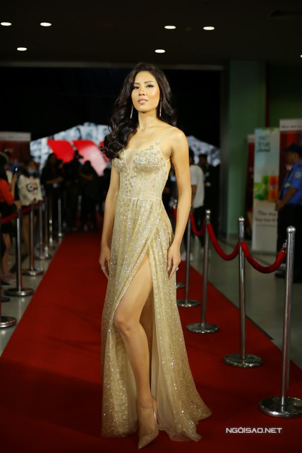 Nguyễn Thị Loan chọn váy ánh kim tuyến hợp mốt với chi tiết xẻ chân váy cao để góp mặt bên các mỹ nhân nổi tiếng.