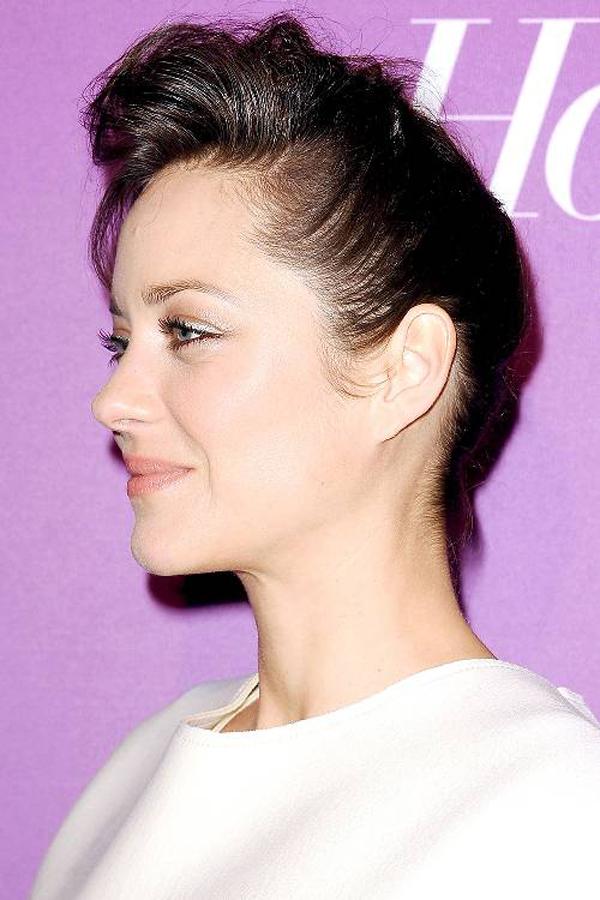 Nếu không có phụ kiện, cách đơn giản nhất để kiểu tóc trông bắt mắt hơn là đánh phồng phần mái.