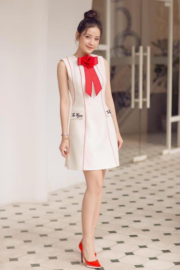 Mẫu váy liền thân trang trí nơ bướm đỏ rực nằm trong bộ sưu tập xuân hè 2018 của Lê Thanh Hòa được nhiều sao Việt yêu thích. Hot girl Chi Pu cũng chọn trang phục này để giúp mình trẻ trung hơn khi đi sự kiện.