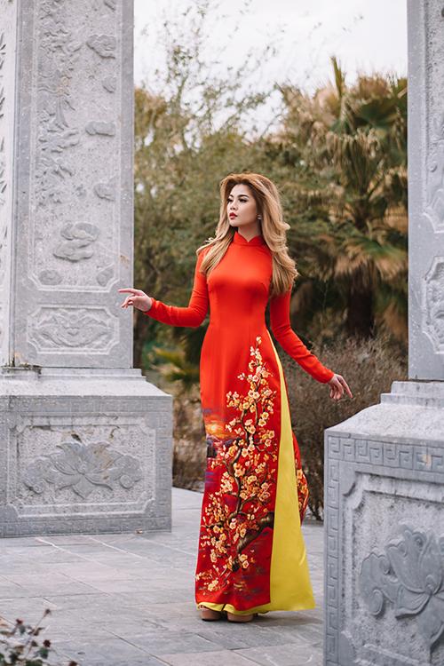 Điểm nhấn đặc biệt nhất của thiết kế là họa tiết hoa đào ở tà trước. Mẫu hoa được vẽ cầu kỳ, chạy dọc tà mềm mại, uyển chuyển theo từng bước đi của cô dâu trong ngày vu quy trọng đại. Áo kết hợp cùng quần vàng quý phái, tạo nên gam màu đặc trưng trong văn hóa cưới hỏi của người Việt.