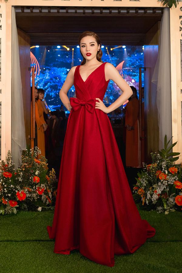 Kỳ Duyên nổi bật trên thảm đỏ nhờ mẫu váy thắt nơ tông màu hot mùa lễ hội 2018 của nhà thiết kế Đỗ Mạnh Cường.