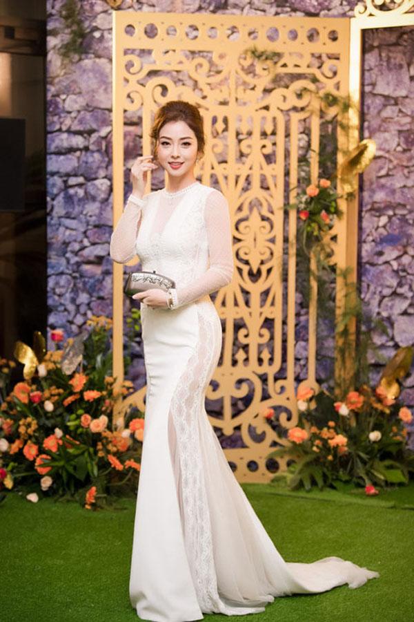 Jennifer Phạm với hình ảnh quyến rũ, yêu kiều trong thiết kế váy dạ hộiđuôi cá.