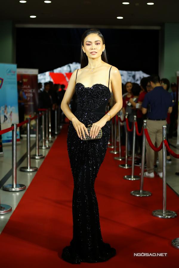 Á hậu Mâu Thủy trung thành với phong cách quyến rũ và không kém phần gợi cảm trên thảm đỏ showbiz Việt với mẫu váy dạ hội đính đá.