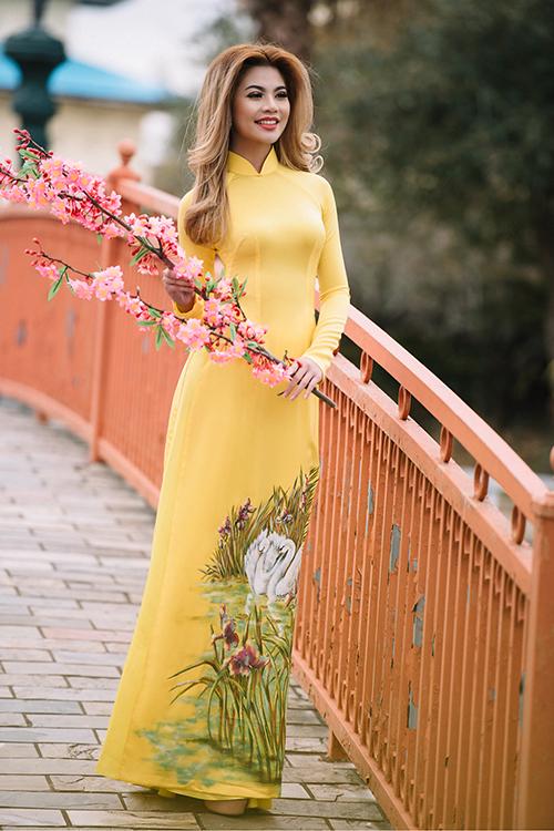 Áo dài cưới màu vàng với thiết kế truyền thống vừa tạo sự sang trọng, vừa là lựa chọn mới mẻ và rực rỡ cho cô dâu trong ngày xuân.
