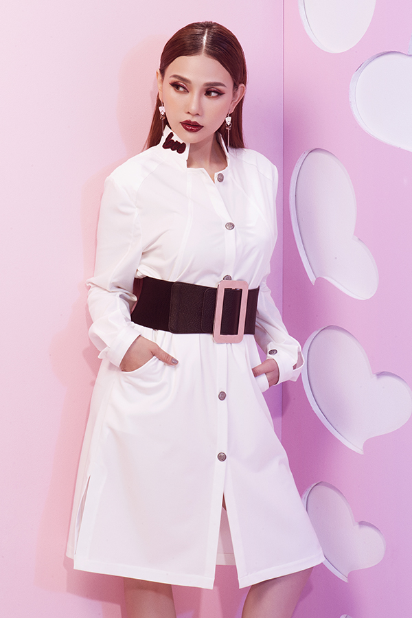 Ký tự Love được cắt trên chất liệu nhung đỏ và phối một cách linh hoạt trên thân áo, cổ váy sơ mi, hay toàn bộ thân váy.