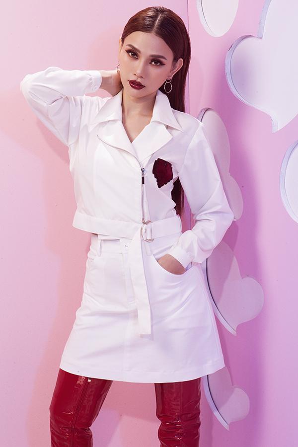 Bộ ảnh được thực hiện với sự hỗ trợ của nhiếp ảnh Milor, trang điểm Soll, trang phục Kye Nguyễn.