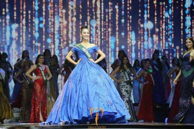Thiết kế dạ hội của Lê Thanh Hòa giúp cô khoe sắc tại Miss Earth 2017.