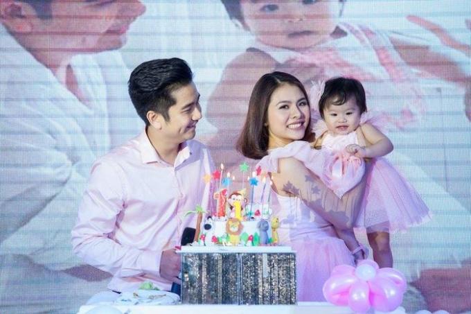 Diễn viên Vân Trang hạnh phúc bên chồng và con