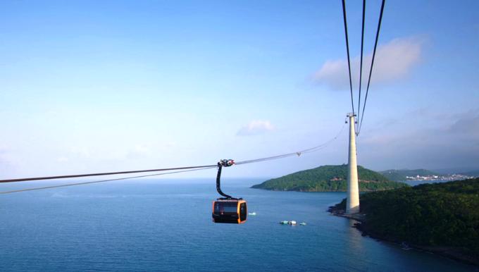 Tuyến cáp treo ba dây dài nhất thế giới 7.899,99m tại Hòn Thơm, Phú Quốc đưa du khách đến hành trình du ngoạn kỳ thú trên cao.
