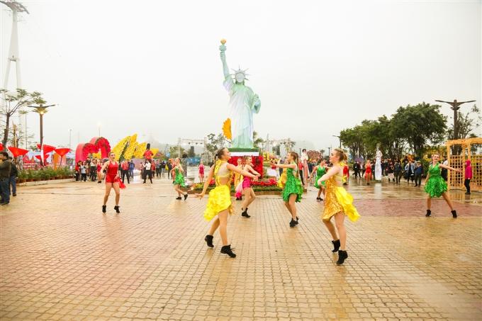 Bảy kỳ quan thế giới được kết tạo với hoa tươi tại SunWorld Halong Complex, Hạ Long.