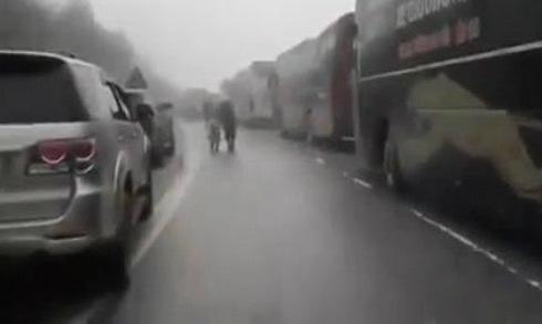 Hàng loạt ôtô nối đuôi nhau 'chôn chân' trên đèo vì mặt đường đóng băng