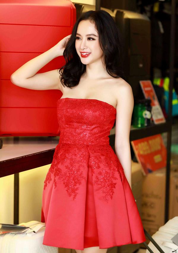 Xuất hiện trong lễ hội mua sắm cuối năm, Angela Phương Trinh khoe phong cách gợi cảm và tràn đầy sức sống với thiết kế váy cúp ngực sexy.