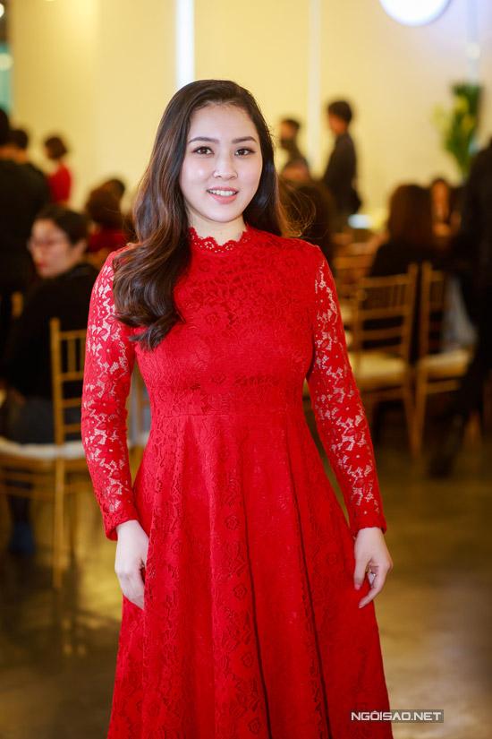 Hoa hậu Thu Thủy tay xách nách mang khi đi event - 9