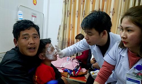 Bác sĩ kiểm tra vết bỏng cho học sinh. Ảnh: Hùng Lê