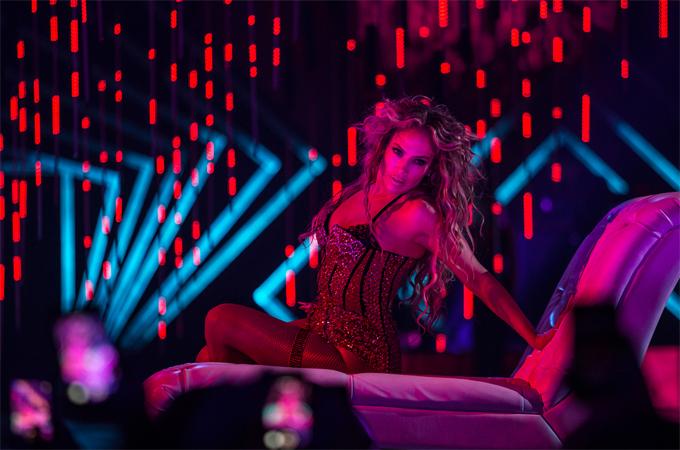 J.Lo mặc bộ trang phục kiểu corset khi trình diễn ca khúc Girls. Cô thay tất cả 8 bộ đồ trong 90 phút trình diễn.