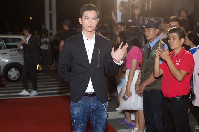 Tối 4/2, Võ Cảnh tham dự lễ trao giải Gala Wechoice Awards 2017, tại TP HCM. Nam diễn viên thu hút ống kính khi vừa xuất hiện trên thảm đỏ.