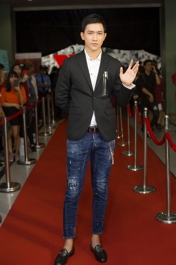 Võ Cảnh chọn phong cách vừa thanh lịch, vừa sành điệu khi kết hợp áo sơ mi, vest cùng quần jeans.