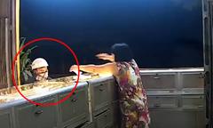 Nam thanh niên bịt mặt đập kính cướp tiệm vàng trong 5 giây