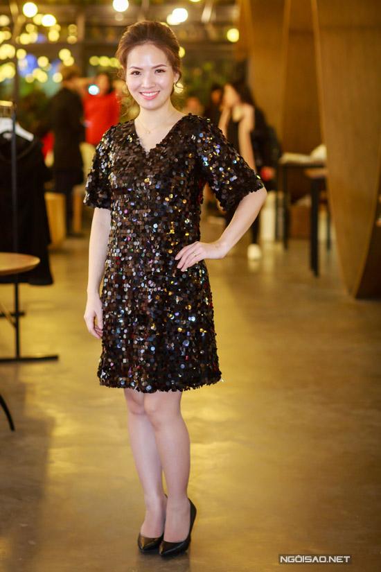 Hoa hậu Thu Thủy tay xách nách mang khi đi event - 7