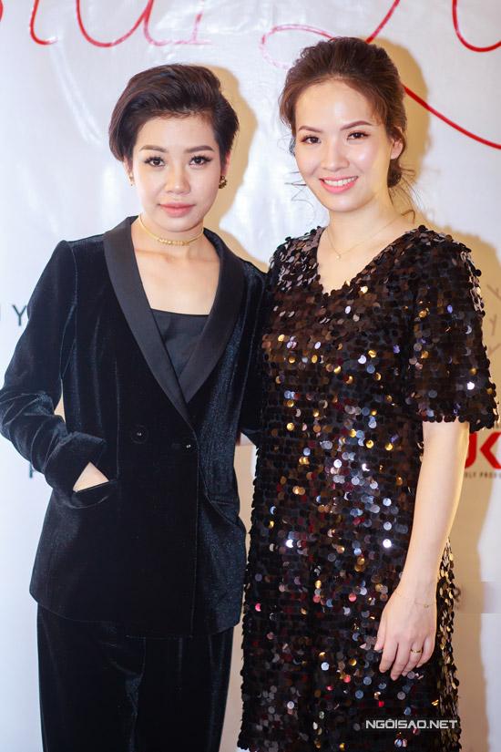 Hoa hậu Thu Thủy tay xách nách mang khi đi event - 8