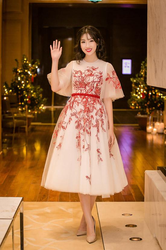 Không hở da thịt như các mỹ nhân khác, Hoa hậu Đỗ Mỹ Linh lựa chọn váy xòe như công chúa khi đến dự tiệc.