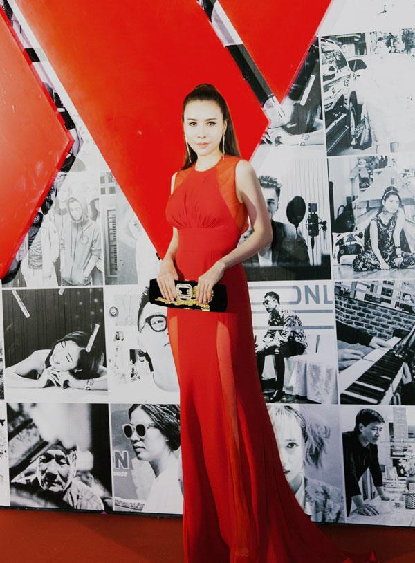 Hoàng Dung tự tin tạo dáng trên thảm đỏ.