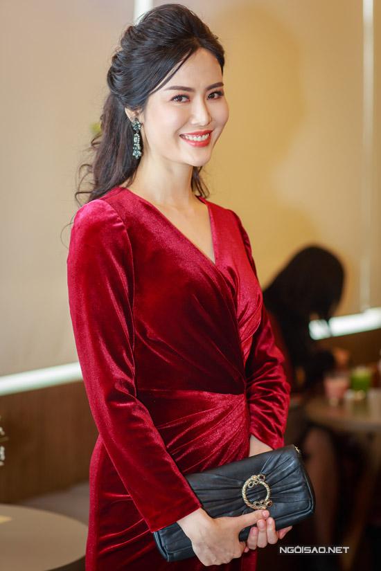 Hoa hậu Thu Thủy tay xách nách mang khi đi event