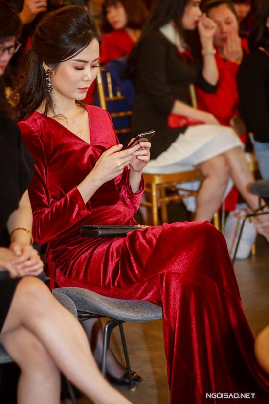 Hoa hậu Thu Thủy tay xách nách mang khi đi event - 1